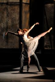 Leanne Benjamin & Steven McRea in 'The Fall of the House of Usher'(2006)©Karl Forster